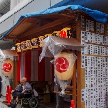 東急本店横には栄和町の神酒所。